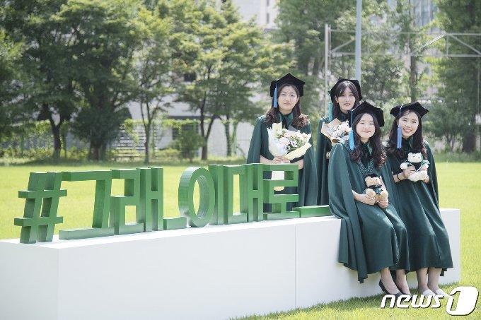 이화여대 학생들이 지난 24일 캠퍼스에서 학위복을 입고 기념촬영을 하며 학위수여식이 취소된 아쉬움을 달래고 있다. (이화여대 제공)/뉴스1