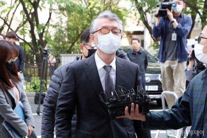 '미공개 정보 주식거래' 혐의를 받는 문은상 신라젠 대표가 11일 양천구 서울남부지방법원에서 열리는 영장실질심사에 출석하고 있다. / 사진=이기범 기자 leekb@