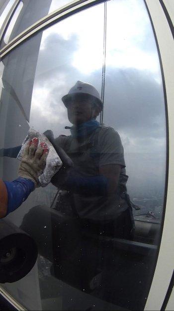 전문가는 전문가, 마치 스케이트날이 빙판을 가르듯 부드럽게 창문을 닦아갔다. 얼마나 깨끗해지던지./사진=남형도 기자