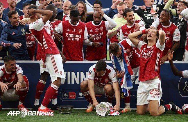 오바메양(왼쪽)이 지난 2일(한국시간) FA컵 우승 뒤 트로피를 들어올리려다 하단부가 분리되자 동료들과 함께 놀란 몸짓을 보이고 있다.   /AFPBBNews=뉴스1