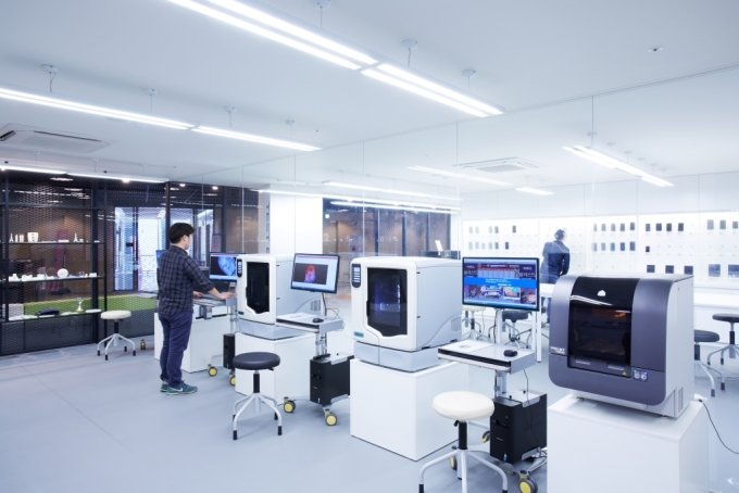 경기창조경제혁신센터의 보육기업 관계자가 3D프린터로 시제품을 만드는 모습. /사진=중소벤처기업부