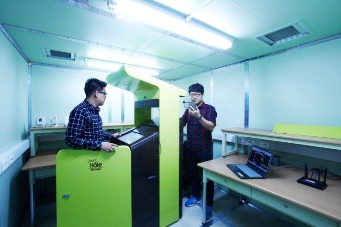 경기창조경제혁신센터의 보육기업이 모바일랩에 비치된 스마트 디바이스를 활용해 제품을 테스트하고 있다. /사진=중소벤처기업부
