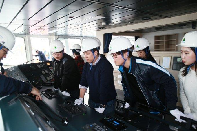 2015년 10월22일  현대중공업 울산창조경제혁신센터  스마트십 헤커톤에 참가한 스타트업 대표들이 LPG선에 올라 현대중공업 관계자의 설명을 듣고 있다. /사진=중소벤처기업부