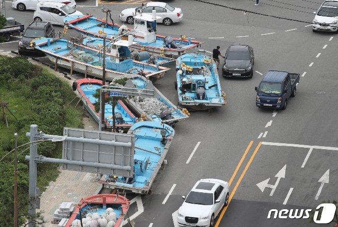 제9호 태풍 마이삭(MAYSAK)이 북상 중인 1일 오후 부산 송정어촌계 어선들이 인도위에 피항해 있다. 2020.9.1/뉴스1 © News1 여주연 기자
