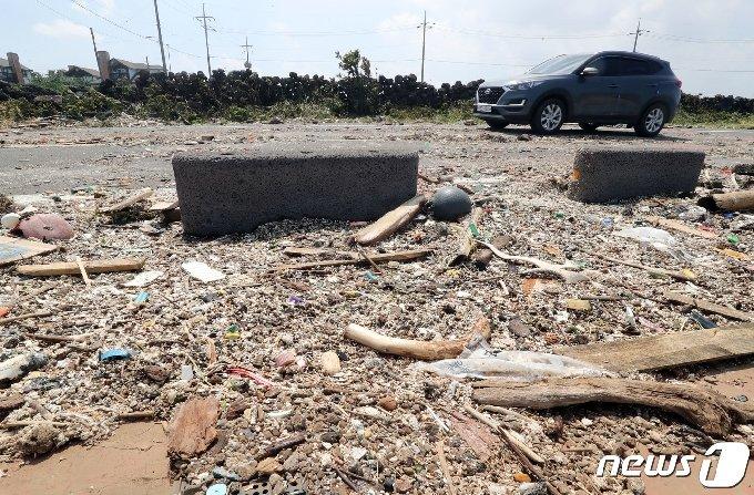 제9호 태풍 '마이삭(MYSAK)'이 지나간 3일 오후 제주시 구좌읍 한 해안도로가 강풍에 떠밀려 온 쓰레기들로 덮여있다.2020.9.3/뉴스1 © News1 오현지 기자