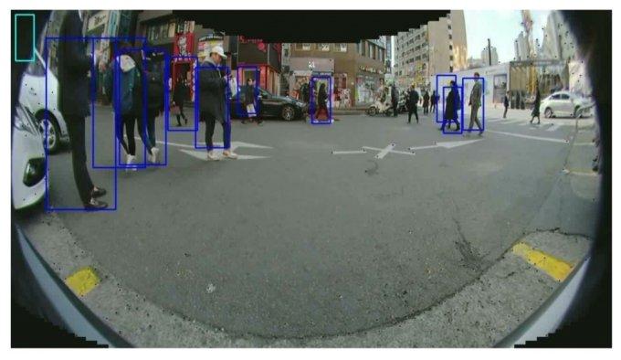 넥스트칩이 차량용 AI반도체로 보행자를 인식하고 테스트를 하고 있다./사진=넥스트칩