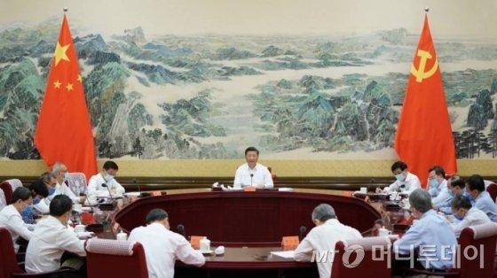 [베이징=신화/뉴시스]시진핑 중국 국가주석이 24일(현지시간) 중국 베이징에서 경제사회사업 심포지엄을 주재하고 있다. 2020.08.25.