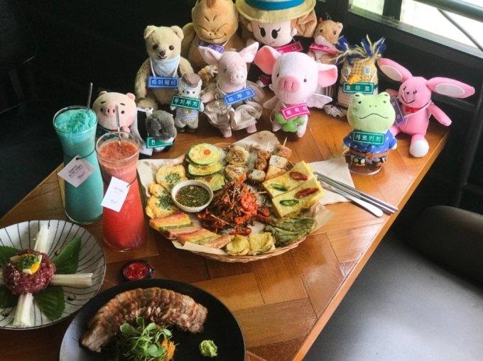 한국여행을 온 일본 인형 여행객들이 한국 인기 음식을 맛보고 있다. /사진=한국관광공사