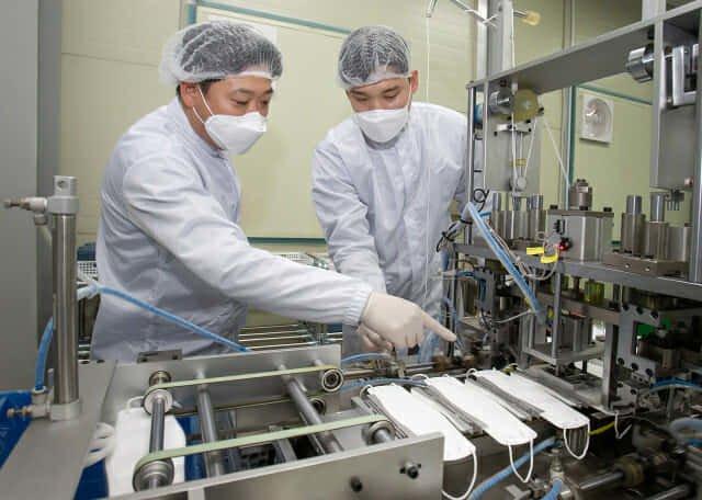 삼성전자가 마스크 제조업체에 생산량 증대를 위한 스마트 공장 컨설팅을 하고 있는 모습 /사진제공=삼성전자