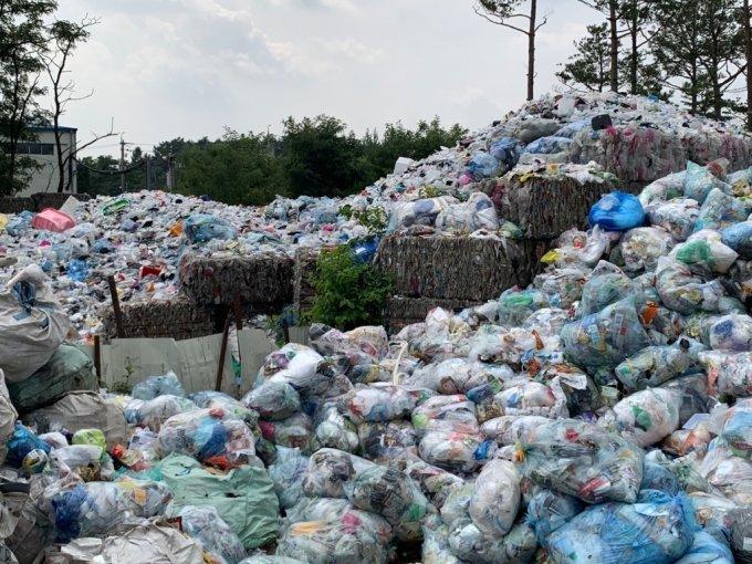 10일 서울 강동구에 위치한 한 재활용 폐기물 중간 집하장의 모습. 폐기물들이 가득 쌓여있다./사진=이강준 기자