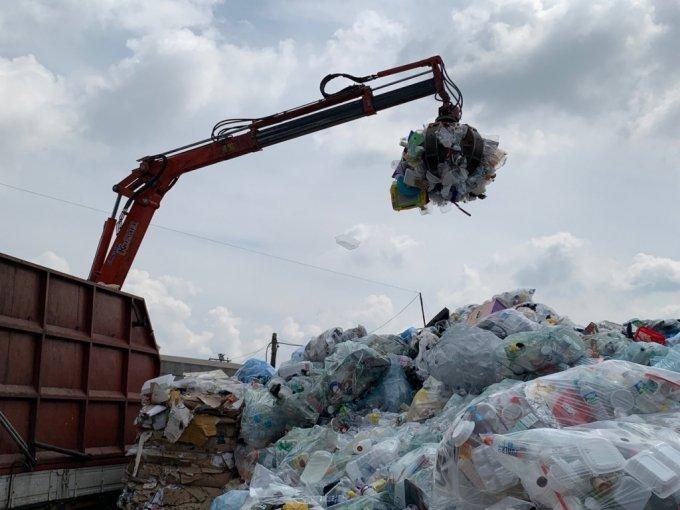 10일 서울 강동구에 위치한 한 재활용 폐기물 중간 집하장에서 분리수거된 플라스틱 폐기물을 집게차가 옮기는 모습./사진=이강준 기자