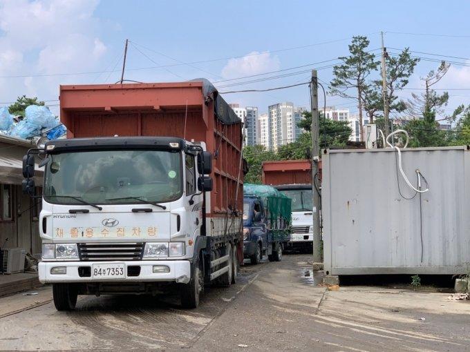 10일 서울 강동구에 위치한 한 재활용 폐기물 중간 집하장에서 폐기물을 실은 트럭들이 줄지어서 대기하고 있다./사진=이강준 기자