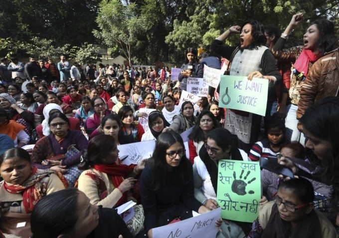 [뉴델리=AP/뉴시스] 지난해 12월 인도 뉴델리에서 하이데라바드에서 한 수의사가 성폭행당한 후 살해된 것에 대해 분노한 시민들이 정의를 요구하는 시위를 벌이며 구호를 외치고 있다. 2019.12.03.