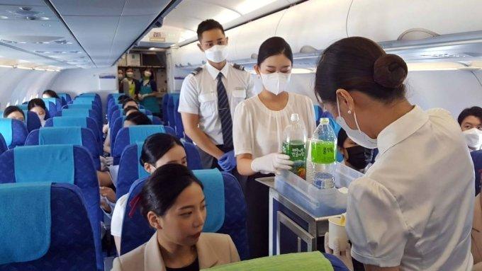 지난 10일 에어부산은 국내 항공사 최초로 도착지 없이 국내 상공을 비행하다 다시 출발지로 돌아오는 '도착지 없는 비행'을 첫 운항했다. 이번 프로그램은 경상북도에 소재한 위덕대 항공관광학과 학생 79명 대상으로 진행됐다. 해당 항공편(BX8910)은 낮 12시 35분 김해국제공항을 출발해 포항과 서울을 거쳐 광주와 제주 상공까지 운항한 후 오후 2시 35분에 김해공항으로 되돌아오는 대한민국 순회 여정으로 운항된다. 사진은 위덕대 항공관광학과 학생들이 실습 하는 모습. /사진=에어부산, 뉴시스