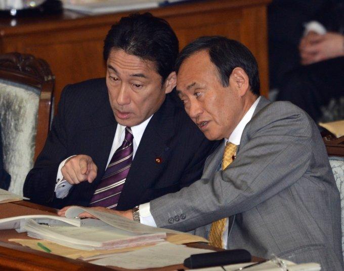 2013년 기시다 후미오 당시 외무상(왼쪽)과 스가 장관이 얘기하는 모습. 두사람은 오는 14일 자민당 총재에서 후보로 경쟁하게 됐다. /AFPBBNews=뉴스1