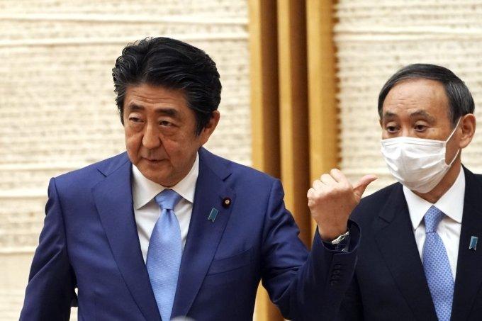 아베 신조 총리와 스가 요시히데 관방장관 /사진=AFP