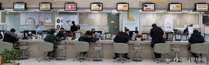 정부의 '12·16 부동산 대책'으로 투기지역·투기과열지구의 주댐담보대출비율(LTV) 규제가 강화된 2019년 12월 23일, 서울 여의도 한 은행에서 고객들이 대출 상담을 하고 있다. / 사진=김창현 기자 chmt@