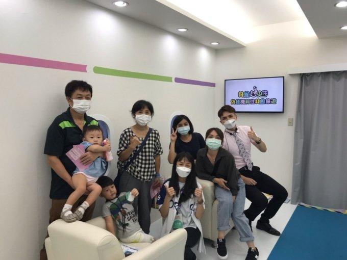 지난달 타이베이국제관광박람회에서 한국관광공사의 '방한 가상출국여행' 체험을 하는 대만 현지인들의 모습. /사진=한국관광공사