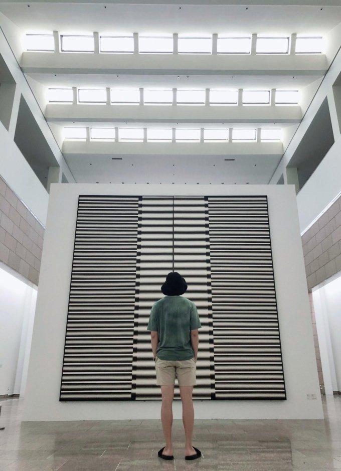국립현대미술관 과천에서 이승조 전시를 관람하는 방탄소년단의 RM. /사진=BTS 트위터