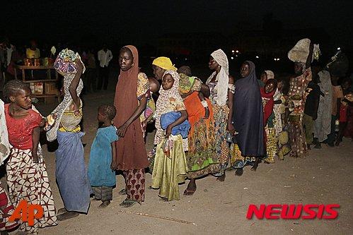 【욜라(나이지리아)=AP/뉴시스】나이지리아 군이 보코 하람 거점들을 공격해서 구출해낸 여성과 어린이들의 1진이 2일 국내의 욜라 수용소에 도착한 모습. 사람들은 굶주림에 시달리는 모습이었고 이 가운데에는 신생아도 2명 포함되어 있다. 2015.5.3