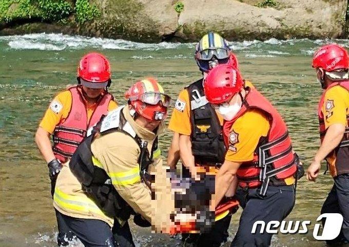 15일 강원 철원 동송읍 장흥리 한탄강 승일교 인근에서 119구조대원들이 물에 빠진 20대 남성을 구조하고 있다.(강원소방본부 제공) /© 뉴스1