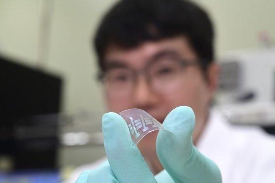 임경근 선임연구원이 수직으로 쌓은 고성능 유기 트랜지스터를 선보이고 있다/사진=표준연