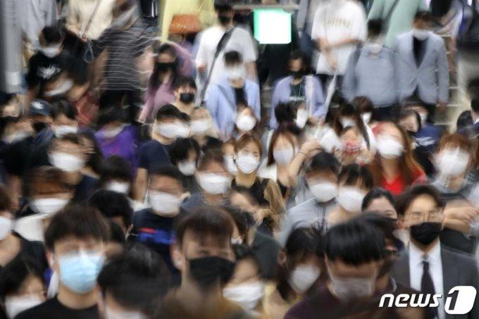지난 7일 오전 서울 동작구 지하철 사당역에서 마스크를 착용한 시민들이 출근길 발걸음을 옮기고 있다. 2020.9.7/사진제공=뉴스1