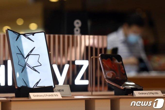 지난 11일 서울 서초구 삼성전자 딜라이트 매장에 폴더블 폰 '갤럭시Z폴드2'와 '갤럭시Z플립 5세대(5G)'가 진열돼있다. 삼성전자는 이날 부터 '갤럭시Z폴드2'와 '갤럭시Z플립 5세대(5G)'의 예약판매를 시작했다. /사진=뉴스1