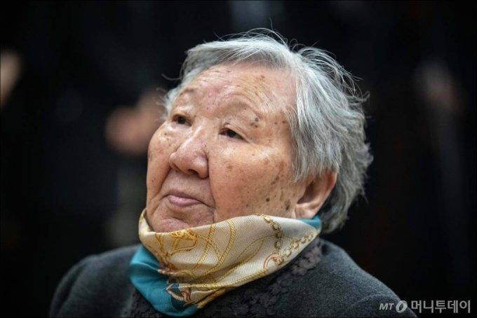일본군 위안부 피해자 길원옥 할머니가 29일 서울 서대문구 신촌세브란스병원 장례식장에 마련된 일본군 위안부 피해자 고(故) 김복동 할머니 빈소를 찾아 조문하고 있다. / 사진=김창현 기자 chmt@