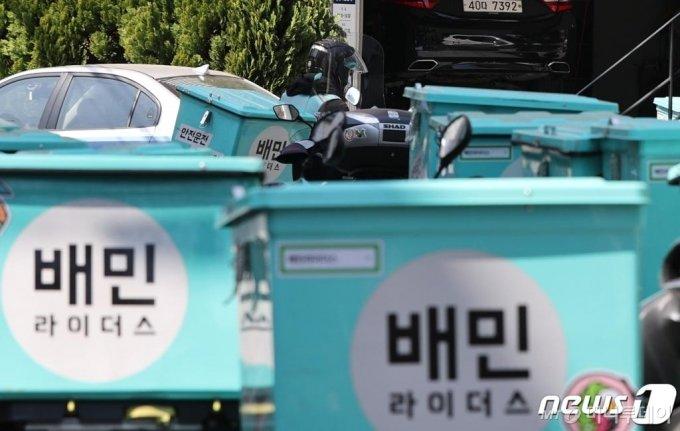 (서울=뉴스1) 안은나 기자 = 서울 마포구 배민라이더스 중부지사에 배달 오토바이가 줄지어 서있다. 2020.4.6/뉴스1
