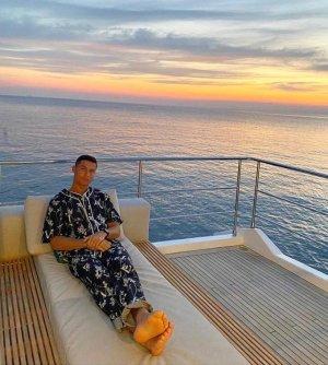 호날두, 83억대 요트 라이프…274만원대 잠옷 패션 '깜짝'