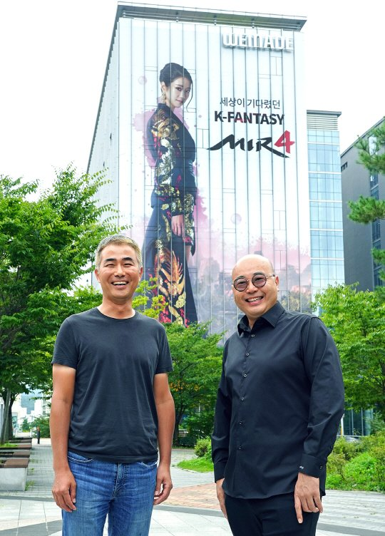 장현국 위메이드 대표(왼쪽)과 남궁훈 카카오게임즈 대표./사진=카카오게임즈