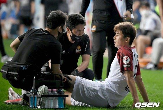 16일 인천전에서 부상을 당한 기성용(오른쪽). /사진=OSEN