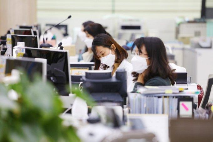 서울 여의도동 KB국민은행 영업점 직원들이 일하는 모습./사진제공=국민은행