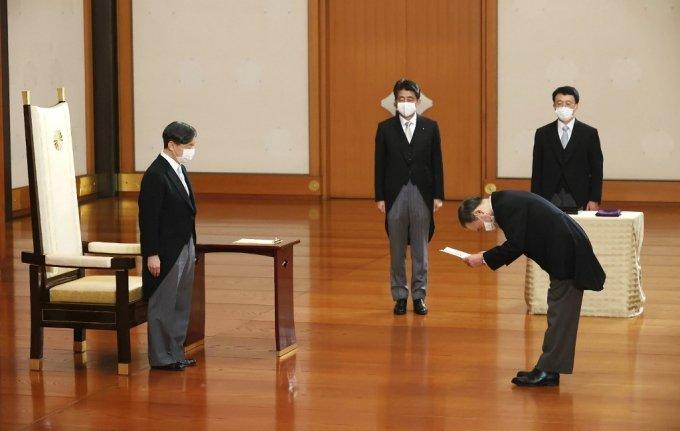 16일 일본 도쿄 왕궁에서 열린 '친임식'에서 스가 요시히데 신임 총리가 나루히토 일왕(왼쪽)으로부터 임명장을 받고 있다. 가운데는 아베 신조 전 총리. /사진=AFP