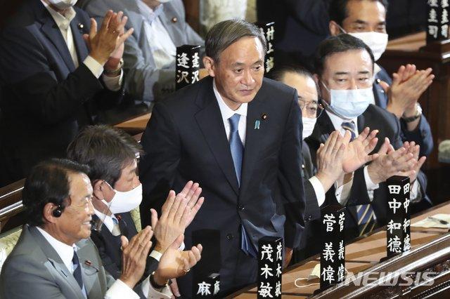 [도쿄=AP/뉴시스]스가 요시히데 자민당 총재가 16일 도쿄 중의원 본회의에서 일본의 제99대 총리로 공식 선출된 후 박수를 받으며 인사하고 있다. 일본에서 총리가 바뀐 것은 제2차 아베 정권이 출범한 2012년 12월 이후 약 7년 8개월 만이다. 2020.09.16.