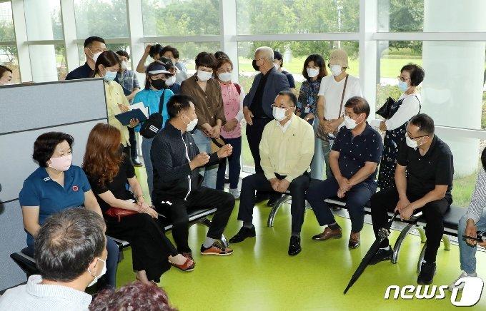노래방 집합금지 행정명령에 반발한 노래방 업주들이 16일 오후 광주시청 1층 로비에서 시 공무원과 면담을 진행하고 있다. 2020.9.16 /뉴스1 © News1 허단비 기자