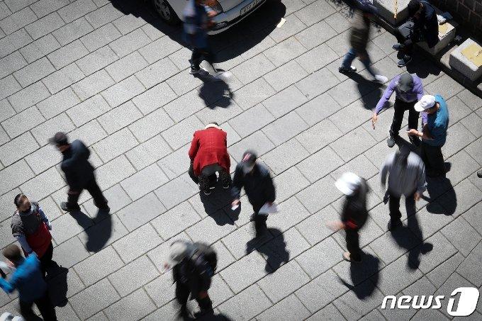 어버이날인 8일 오전 서울 종로구 탑골공원 인근에서 한 어르신이 무료급식으로 나눠준 주먹밥 등을 들고 가다 멈춰서서 한숨 돌리고 있다. 2020.5.8/뉴스1 © News1 이승배 기자
