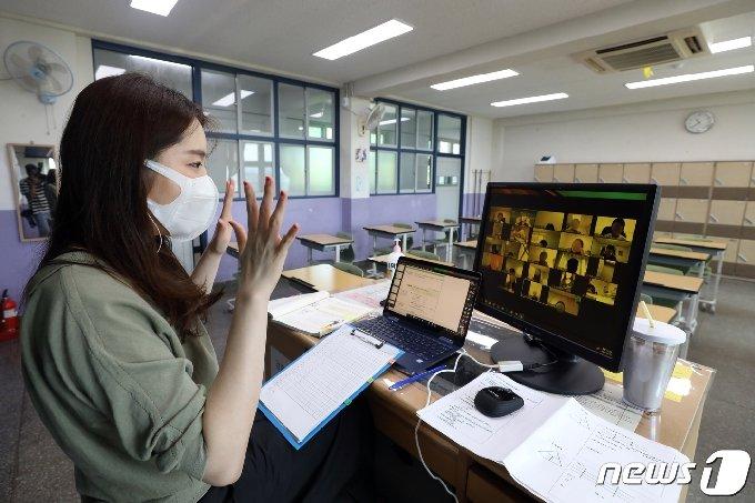 서울 강남구 한 중학교에서 수학 교사가 지난 8월26일 실시간 쌍방향수업을 하고 있다. /뉴스1 © News1 황기선 기자