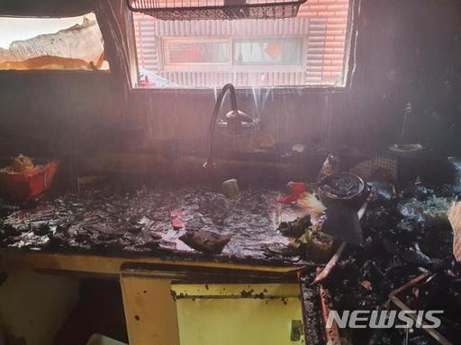 지난 14일 오전 11시16분쯤 인천시 미추홀구의 한 빌라에서 어머니가 없는 사이 라면을 끓여 먹으려던 형제가 실수로 불을 내 중화상을 입었다./사진=뉴시스(인천소방본부 제공)
