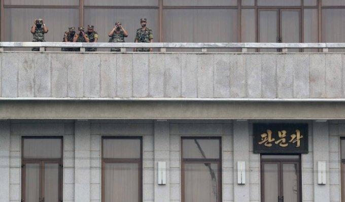 판문각에서 남측을 바라보는 북한의 병사들. /사진=뉴시스