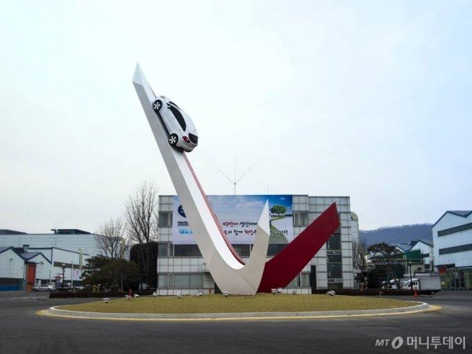 프라이드 차량을 설치한 소하리 공장의 정문 상징 조형물 비욘드 모빌리티 / 사진제공=기아차