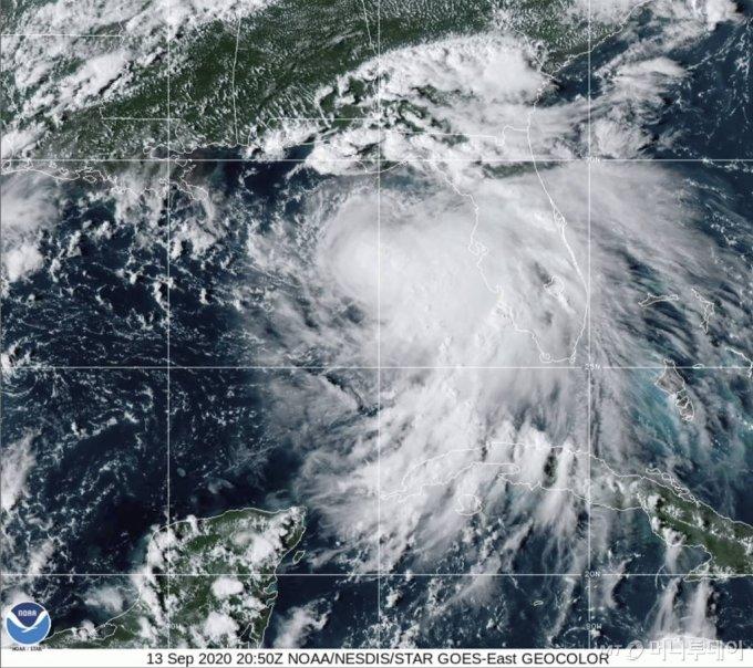 [워싱턴=AP/뉴시스]미 국립해양대기청이 제공한 위성사진에 13일(현지시간) 열대성 폭풍 '샐리'의 모습이 보인다. 미 허리케인 센터는 세력을 키운 '샐리'가 14일 밤에는 강력한 허리케인 수준으로 멕시코만 북부를 따라 강풍과 폭우를 동반하고 본토에 상륙할 것으로 보인다고 경고했다. 2020.09.14.