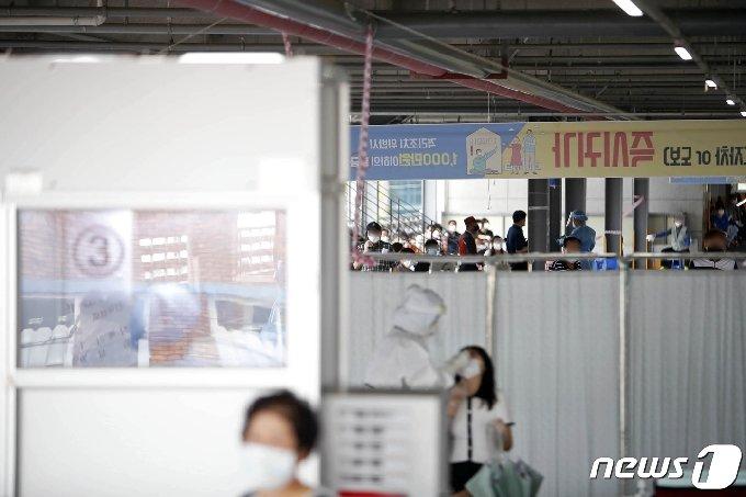 광주에서 코로나19 확진자가 연이어 발생하고 있는 가운데 9일 광주 북구보건소 선별진료소에서 시민들이 코로나19 검사를 받기 위해 줄지어 대기하고 있다.(광주북구 제공) 2020.9.9/뉴스1 © News1 이수민 기자