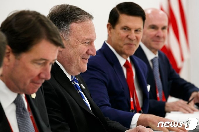 (왼쪽에서 세번째) 키스 크라크 미 국무부 경제담당 차관 © AFP=뉴스1