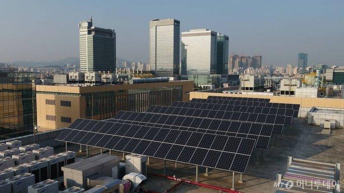 삼성전자 수원사업장 종합기술원 옥상에 설치된 태양광 발전 패널 모습/사진=삼성전자