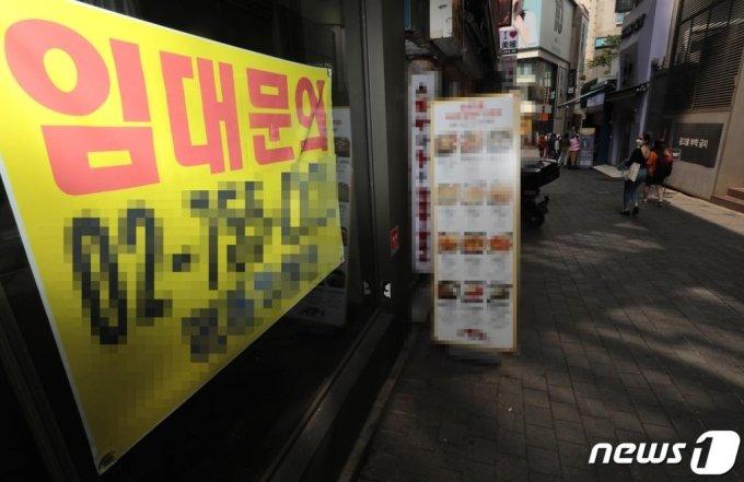 10일 오후 서울 중구 명동거리가 한산한 모습을 보이고 있다./사진 = 뉴스 1