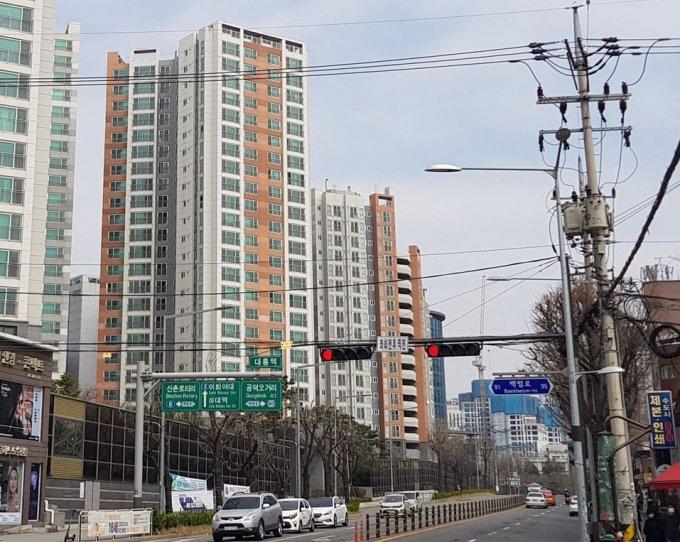 지하철 6호선 대흥역 인근 모습. 왼쪽부터 마포자이2차아파트와 공사 중인 마포프레스티지자이(염리3구역 재개발) 아파트가 보인다. /사진=박미주 기자