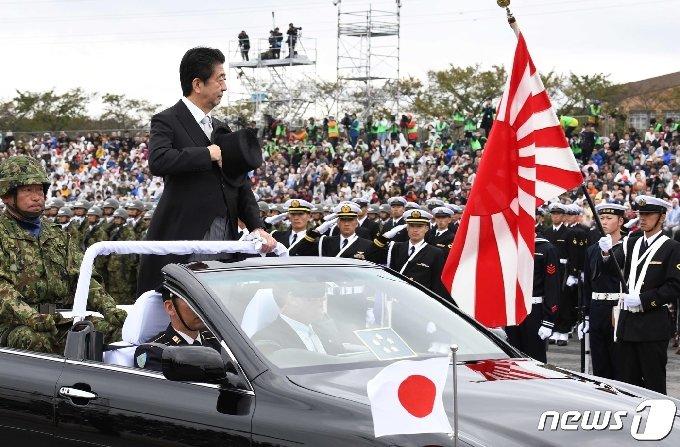 아베 신조 전 일본 총리가 지난 2018년 10월14일 사이타마현 아사카시 소재 육상자위대 연습장에서 자위대원들을 사열하고 있다. © AFP=뉴스1