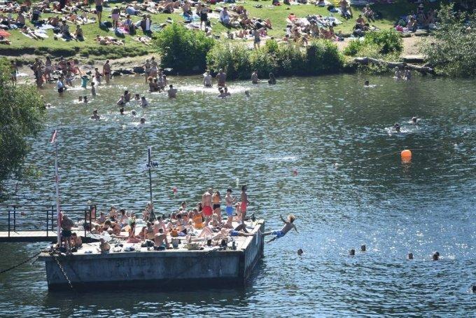 스톡홀름 멜라렌 호수에서 지난 8월 8일(현지시간) 스웨덴 시민들이 물놀이를 즐기고 있다. /사진=[스톡홀름=AP/뉴시스]